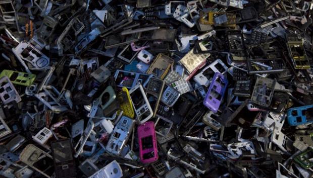 Greenpeace soroti limbah elektronik produsen ponsel