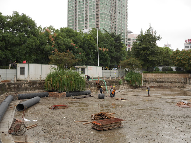 workers in drained lake at Lianhu Square (莲湖广场) in Hengyang