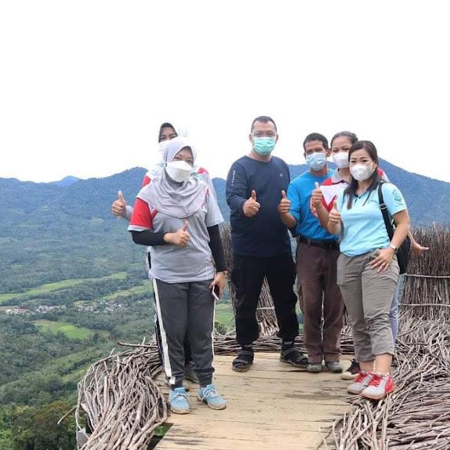 Bupati Bengkayang menaiki bukit Sepadang Hill sebagai bentuk dukungan wisata di ajang nominasi API 2021