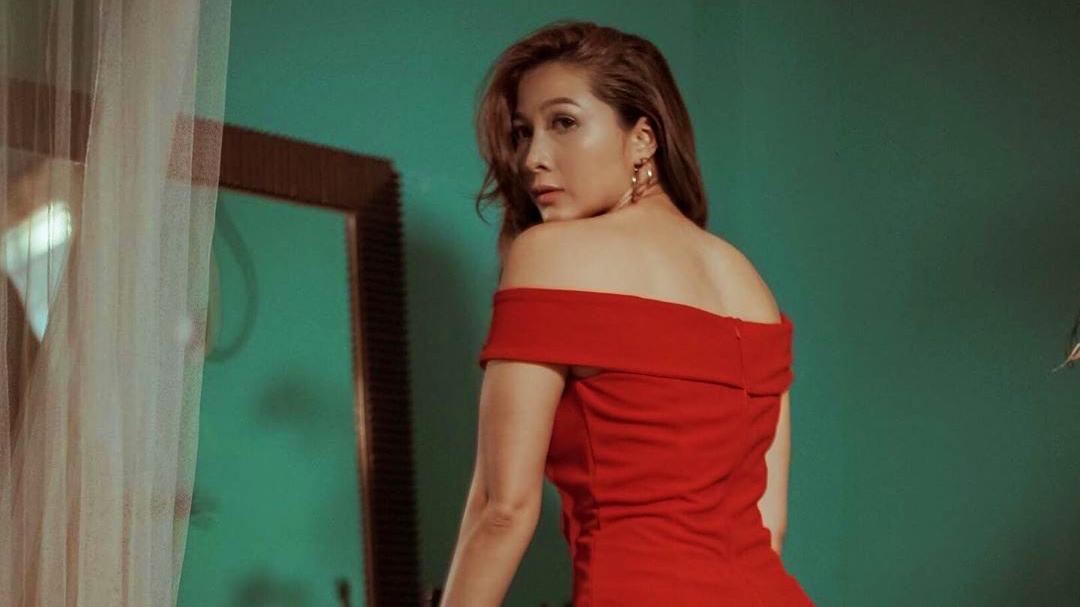 Andrean Punggung mulus dan seksi pakai Dress merah