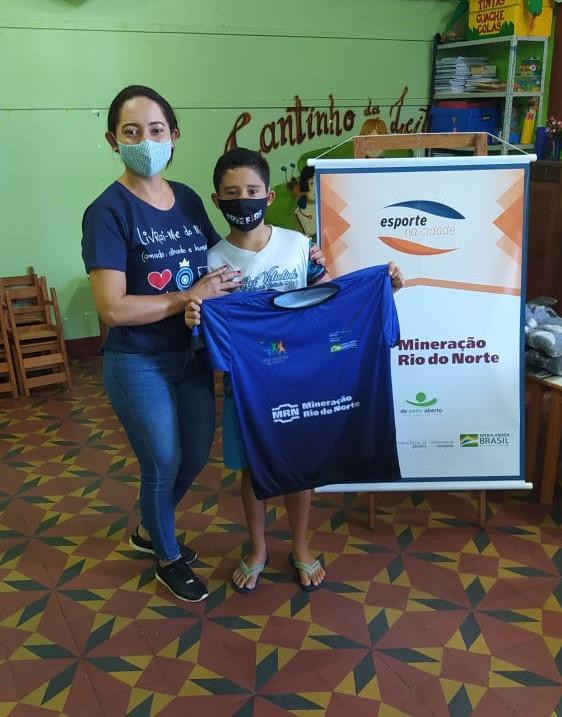 Projeto Esporte na Cidade beneficia 300 alunos com novos kits de uniformes em Terra Santa