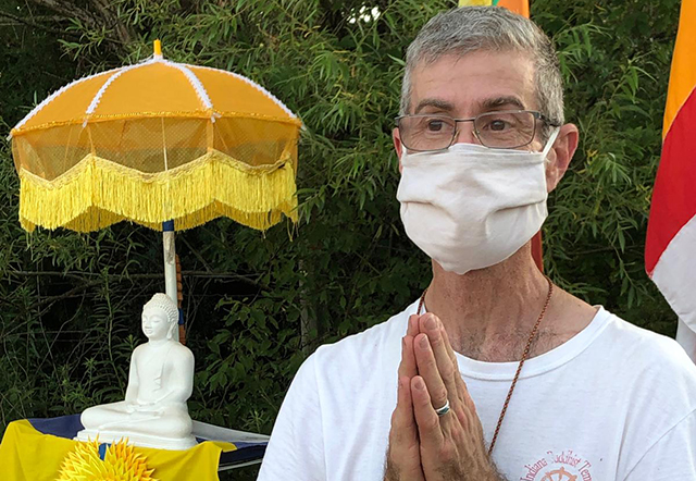 American who performs the eight great merits of Buddhism