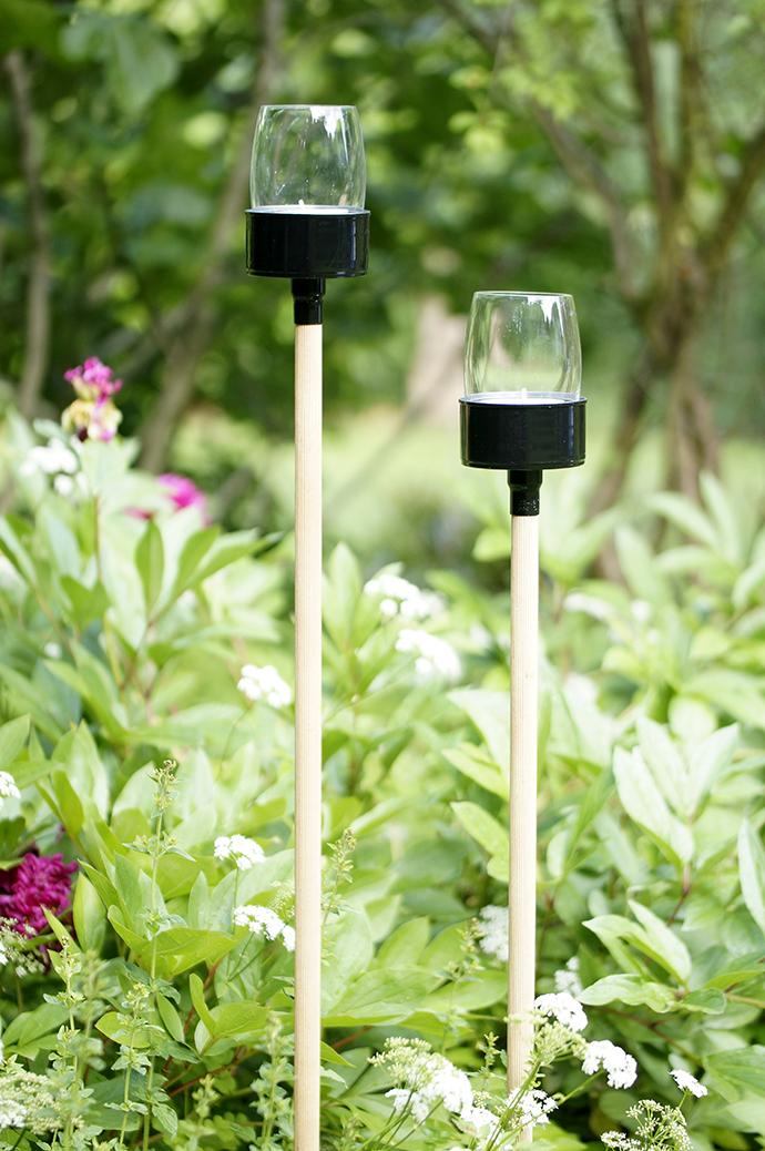 2 Gartenteelichter im Blumenbeet