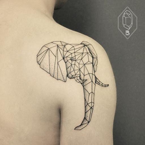Uma cabeça de elefante é criado usando formas geométricas em preto tatuagem prestados nas costas do usuário do ombro direito.