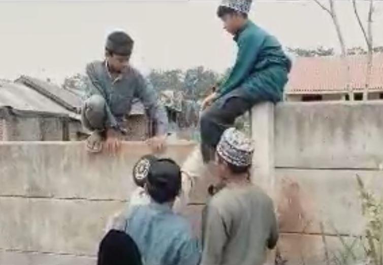 Miris! Tembok Setinggi 1,5 Meter Halangi Rumah Tahfidz, Santri & Warga Terpaksa Bikin Tangga