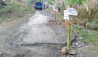 Tuntut Perbaikan Jalan, Mahasiswa Blokir Jalan Lintas Desa O'o Kecamatan Donggo
