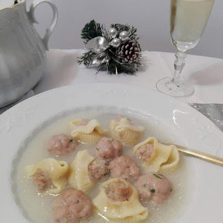 Plato con sopa de galets rellenos y pelotitas.