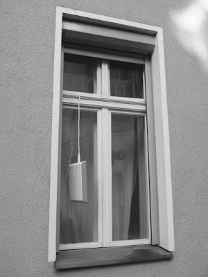 Fenster: In einem Flügel hängt am Kabel eine Internetbox und baumelt in der Luft