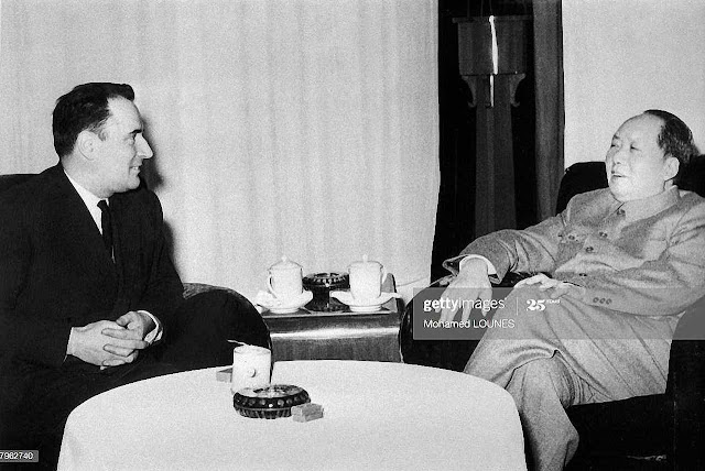 Mao Tsé Tung recebe ao futuro presidente francês François Mitterrand. A intelectualidade esquerdista amplificou elogiosamente os crimes do ditador.