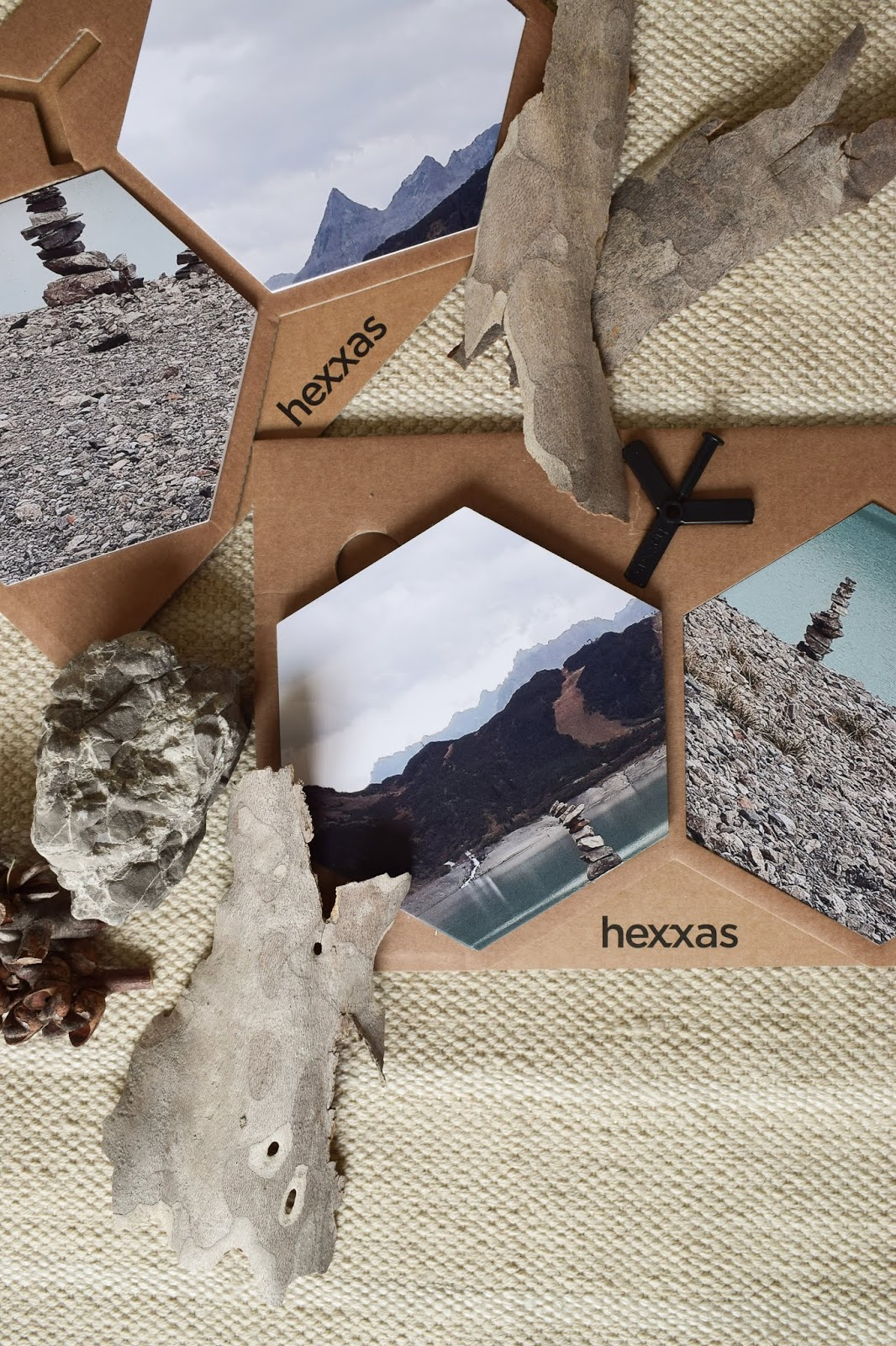 Verpackung Versand: Wandgestaltung mit hexxas von Cewe. Einfach Bild auswählen und an die Wand kleben. Wanddeko für Diele, Badezimmer, Esszimmer, Wohnzimmer, Schlafzimmer. Individuelle Dekoidee mit Hexagonen. hexxa Deko für deine Wände. Selber machen
