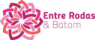 """Banner do site Entre Rodas & Batom. Descrição da imagem: À esquerda, há uma flor estilizada, feita com traços simples e grossos. À direita, lê-se: """"Entre Rodas & Batom""""."""