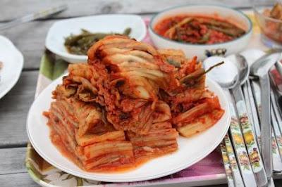 cicipi kimchi saat pergi ke korea