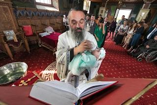 Η φωτογραφία της ημέρας: «Ένας τρυφερός Ιερέας»