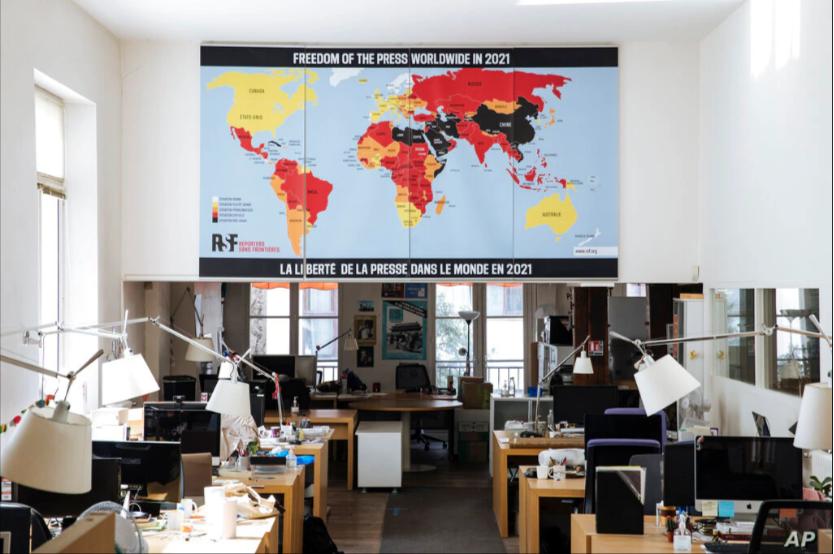 Reporteros Sin Fronteras presenta el mapa sobre la libertad de prensa en el mundo en 2021 en su sede en París, Francia, el 20 de abril de 2021/ AP