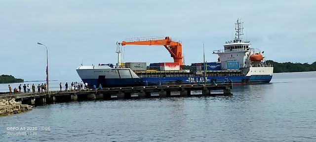 KM. Kendhaga Nusantara 08 saat tambat perdana di Pelabuhan Elat Kabupaten Maluku Tenggara