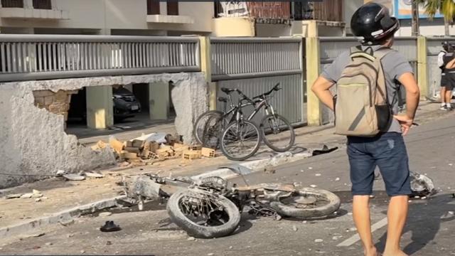 vídeo: Câmera de segurança registra momento do acidente que matou motoboy em Manaíra - O impacto da batida foi tão forte que derrubou o muro de um prédio residencial da área.