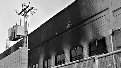 O Supermercado Pague Menos da Avenida José Paulino, em Paulínia, ainda queimava no dia seguinte ao incêndio que o arruinou.