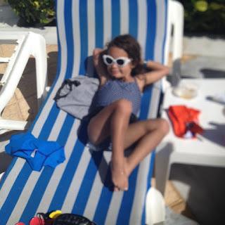 Sophia tomando el sol en una silla de playa