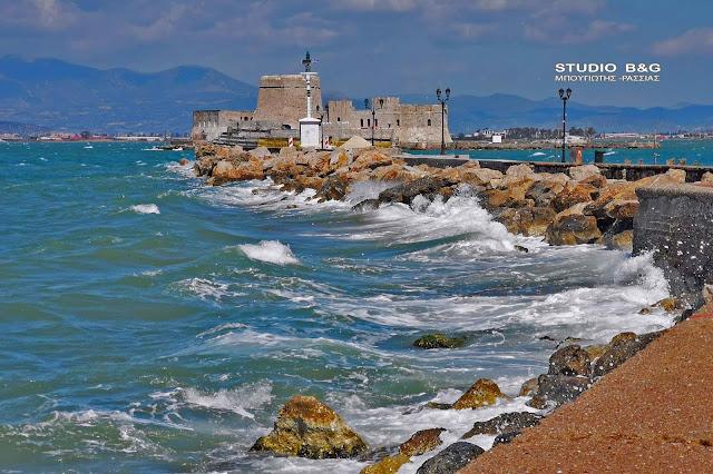Μανιασμένοι νοτιάδες, κύματα και πτώσεις δέντρων στο Ναύπλιο - Επέλαση της κακοκαιρίας από το βράδυ