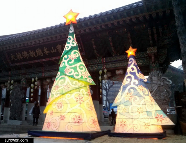 Árboles de Navidad en el templo budista Jogyesa