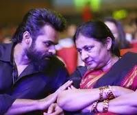 साई धरम तेज अपनी माँ विजया दुर्गा के साथ