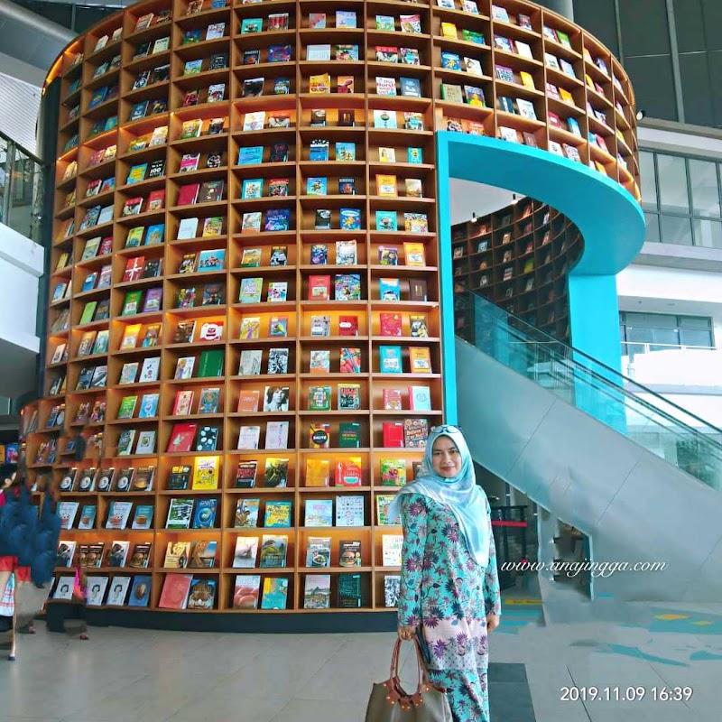 Book Xcess Sunsuria Forum kedai buku berkonsepkan terowong masa