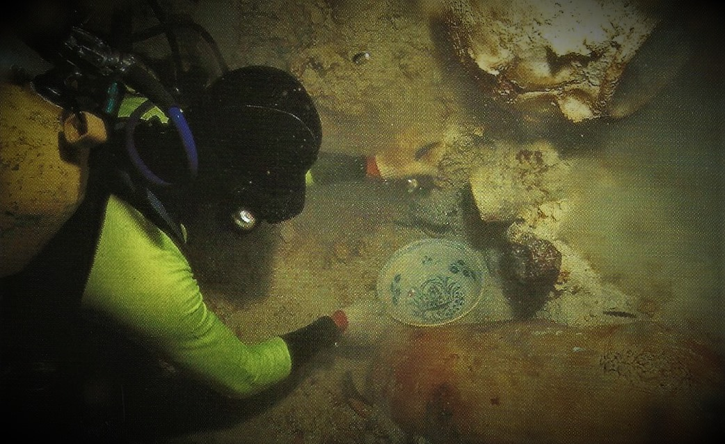 Finding a Vietnamese blue and white bowl during the Pandanan excavation.
