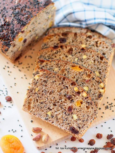 chlebek, bakalie, suszone owoce, maka orkiszowa, zakwas, upiecz chleb, pieczenie chleba, chleb domowy, domowa piekarnia