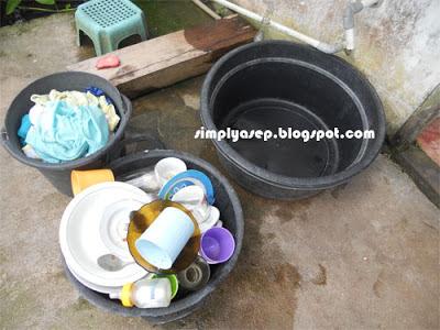 TIDAK ADA AIR : Cucian kotor dan pring makan juga menunggu dicuci. Sedangkan air bersih tidak ada. Apa yang dapat kamu lakukan jika mengalami seperti ini? Kemana lagi air harus dicari.  Foto Asep Haryono