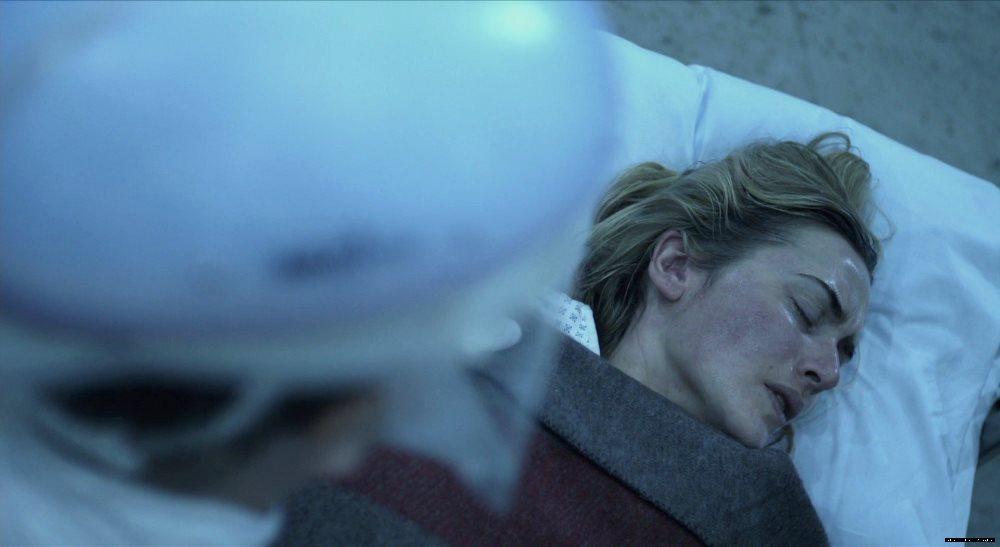 cena do filme contágio onde a personagem de Kate Winslet está internada em um hospital de campanha