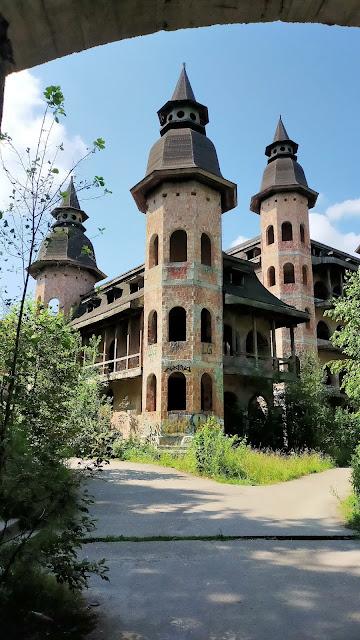 opuszczone mury zamku
