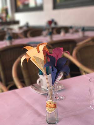 Bunte Origami-Papierblumen, Hochzeitsmotto Flug der Kraniche, 1000 Origami-Kraniche zur Hochzeit, heiraten im Riessersee Hotel Garmisch-Partenkirchen, Bayern, Hochzeitsplanerin Uschi Glas, petrol und weiß