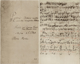 """(Izquierda): Página de inicio del autógrafo de la Pasión según de San Mateo de Bach. (Derecha): Fin del aria con estribillo n.° 60 y comienzo del recitativo n.° 61a (palabras bíblicas escritas en rojo) en la partitura autógrafa de Bach: el recitativo contiene las últimas palabras de Cristo y las únicas palabras de Cristo cantadas sin el característico acompañamiento de la cuerda (""""Eli, Eli lama asabthani?"""")."""