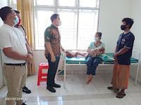 Ketua DPRD Sergai Jenguk Pasien Bersalin Tertahan 32 Hari di RSU Sawit Indah