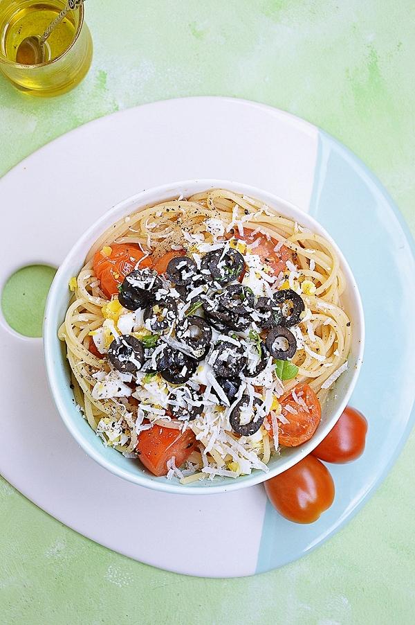 Spaghetti z pomidorkami, jajkiem na twardo i oliwkami