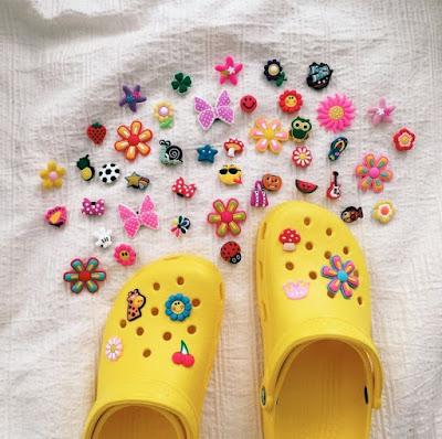 Look's com as polêmicas sandálias crocs