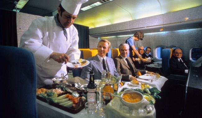 - لقد كان لديك فرصة في تلك الأيام أن تحصل على عشاء سخي يتم تقديمه في أطباق البورسلين به افخر الوجبات مثل المأكولات البحرية والكافيار والمقبلات مع المشروبات.