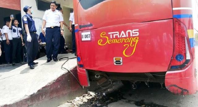 Pengendara Motor Tewas Terlindas Trans Semarang
