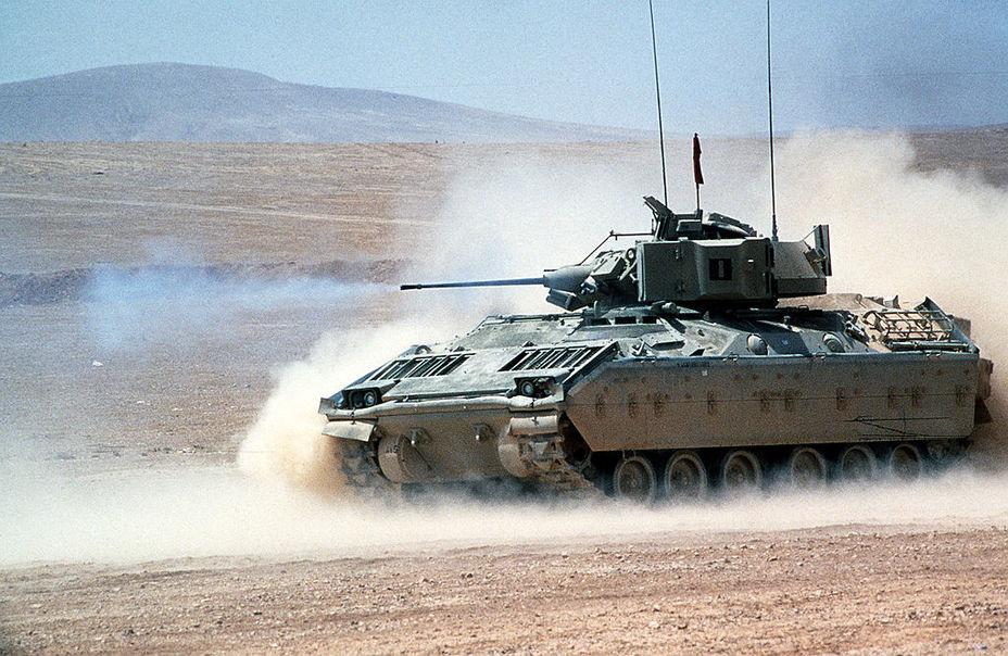 БМП М2 веде вогонь з гармати. Навчання «Брайт Стар-87», Єгипет, 1987 рік