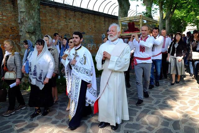 Με γόνδολα μετέφεραν το ιερό σκήνωμα της Αγίας Ελένης https://leipsanothiki.blogspot.be/