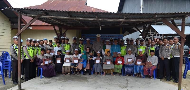 Sat Lantas Polres Madina Berikan Alat Sholat dan Santunan pada Anak Yatim Piatu