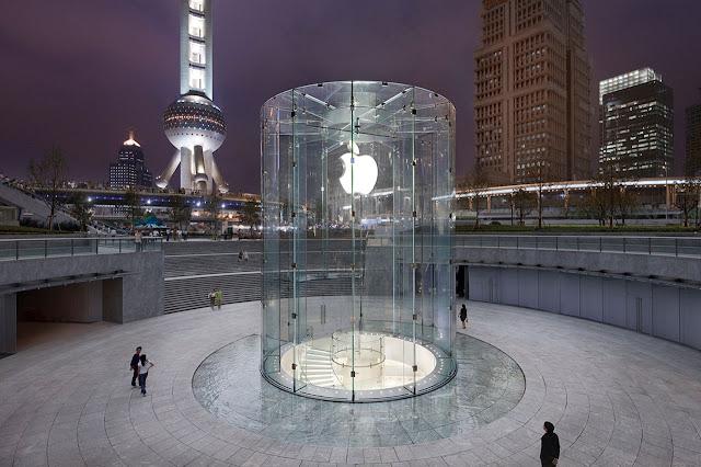 entrada cilíndrica de vidrio hacia tienda subterránea de apple en Shanghai