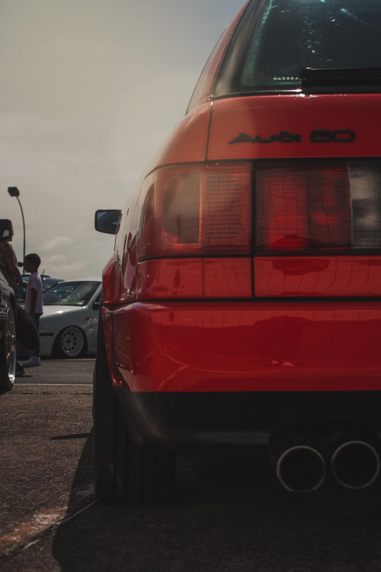 عريبات حمراء من الخلف