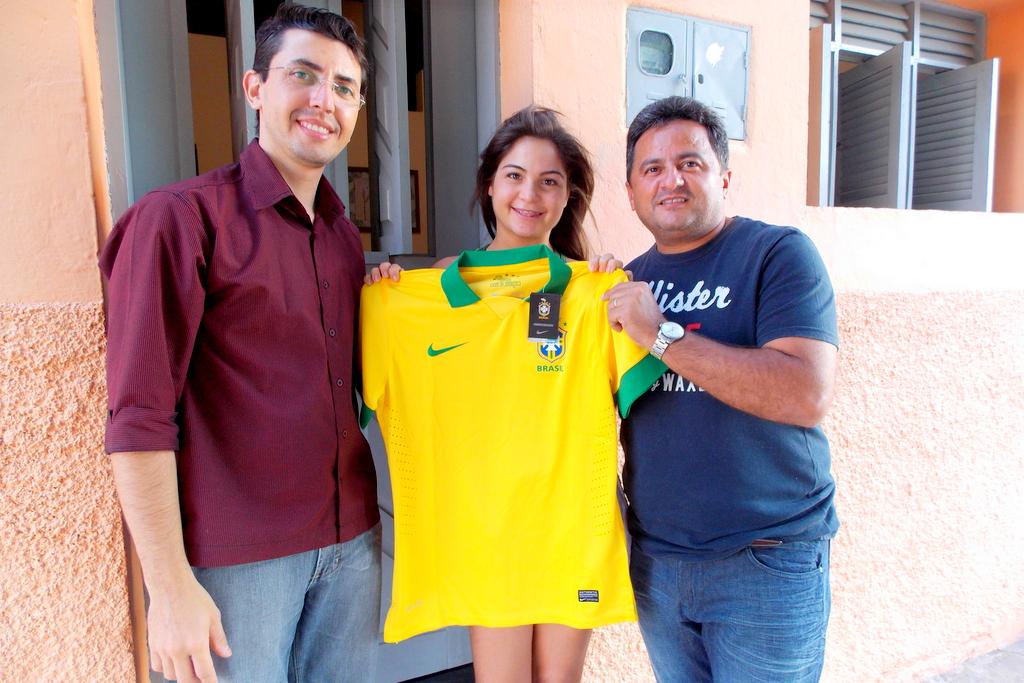 ef08ff947c Obs.  A pedido do vascaíno Abel Silva (na foto acima) Gilson Bezerra  entregou a camiseta oficial do Vasco da Gama ao invés da Seleção Brasileira.