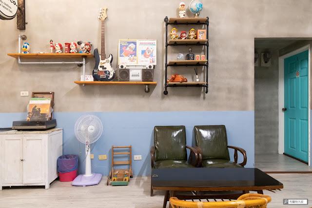 【大叔生活】2021 又是六天五夜的環島小筆記 (住宿篇) - 牆壁、房門配色就是過去的眷村風格,非常讓人懷念
