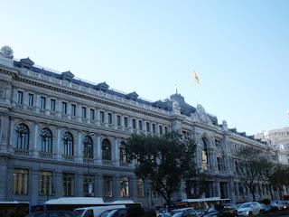La extensa fachada de la calle Alcalá muestra la grandiosidad del Banco de España.