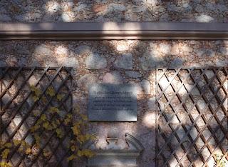 Rückansicht der Villa mit Gedenktafel