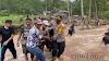 Kapolres Bantu Warga Sawaran Kulon Lewati Sungai