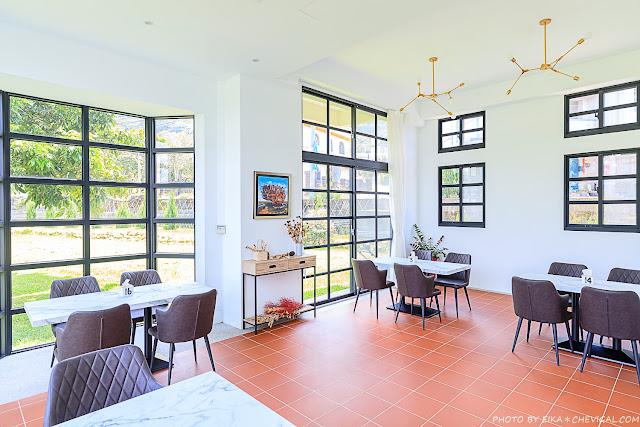 MG 8555 - 台中景觀餐廳推薦,獨棟好拍橘白洋房,落地大窗與大片草地好愜意,同時也是寵物友善餐廳!