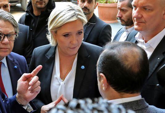 Marine Le Pen se recusa a usar véu no Líbano